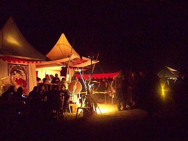 Exterieur-nuit--la-queue-devant-l-entree-du-Cabaret.JPG